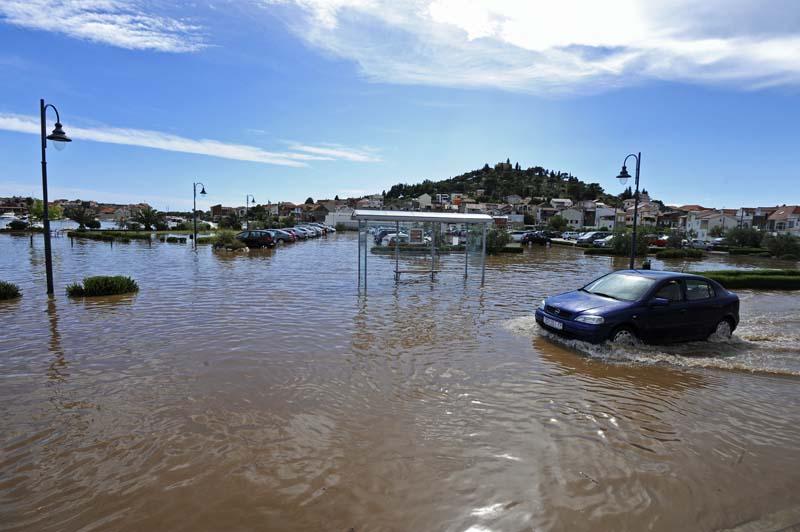 Tribunj, 22.07.2014 - Velika kolicina kise koja je pala u kratkom vremenu izazvala je poplavu u centru mjesta